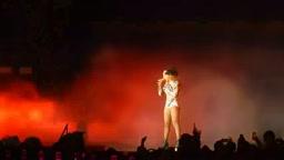 Beyoncé and Nicki Minaj Perform 'Flawless' Remix in Paris