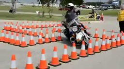Motorcycle Cop shows his skills