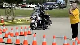 Motorcycle Cop shows his skills