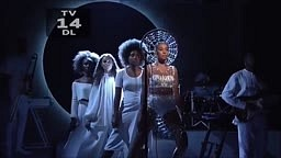 Solange KILLS Cranes In The Sky On SNL Live Performance