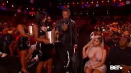 Jamie Foxx talks to Nicki Minaj at the 2018 BETAwards.
