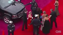 Jennifer Lawrence FALLS on Red Carpet OSCARS 2014 AGAIN!! RE